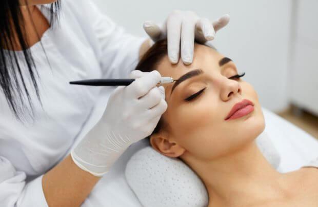 przeprowadzanie zabiegu trwałego makijażu