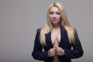 kobieta zadowolona z rozmiaru swoich piersi